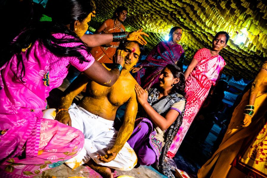 Lo sposo durante una cerimonia la sera prima del matrimonio (India 2015)
