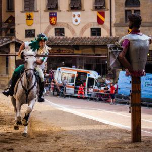 Un cavaliere colpisce il Buratto durante le prove della Giostra (Arezzo 2009)