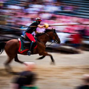 Un cavaliere si appresta a colpire il Buratto durante la giostra (Arezzo 2009)