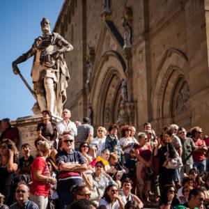 Folla sulle scale del Duomo in attesa dell'Araldo (Arezzo 2009)