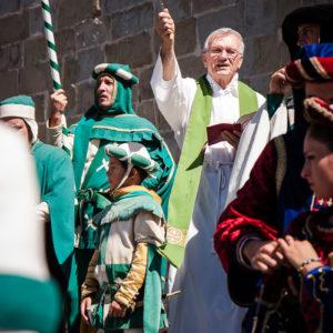 Il sacerdote di Porta Sant'Andrea benedice cavalli e cavalieri (Arezzo 2009)