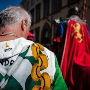 Un quartierista con ricamati gli anni delle ultime vittorie di Porta Sant'Andrea (Arezzo 2009)