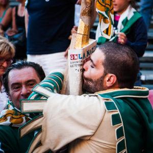 Un quartierista bacia la lancia d'oro appena vinta (Arezzo 2009)