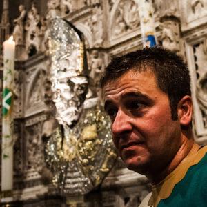 Uno dei due cavalieri vincitori all'interno della cattedrale, sulla sinistra l'unica candela accesa è quella di Porta Sant'Andrea, simbolo della vittoria (Arezzo 2009)