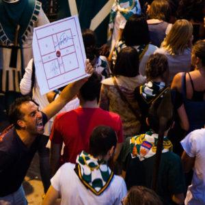 Un sostenitore del quartiere vincitore mostra il centro perfetto effettuato durante la gara (Arezzo 2009)