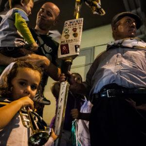 Quattro generazioni unite dalla passione per la Giostra durante i festeggiamenti per la vittoria (Arezzo 2009)