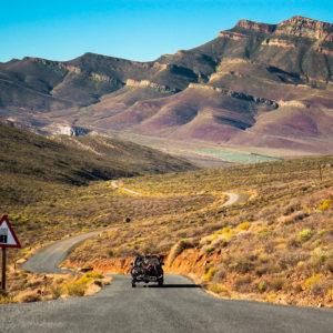Un fuoristrada si avventura nella serpeggiante strada sterrata che passa attraverso le spettacolari montagne del Cederberg (Sudafrica 2009)