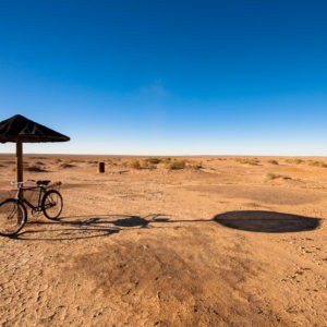Il sole disegna ombre nette nella zona desertica di Verneukpan, un lago salato che si estende per chilometri con un dislivello massimo di circa 4 cm (Sudafrica 2009)