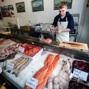 Il banco di una pescheria esibisce salmone, gamberetti e bistecche di balena (Tromsø, Norvegia 2009)