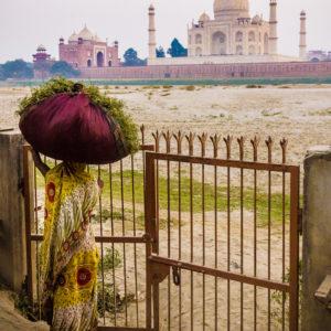 Una donna rientra al tramonto alle spalle del Taj Mahal (Agra, India 2012)
