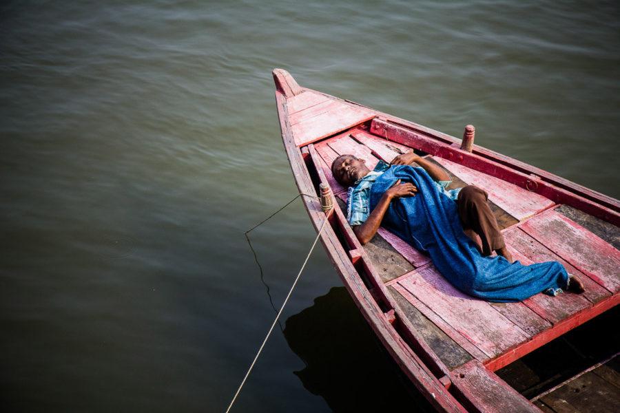 Un barcaiolo si riposa sulla sua barca a Varanasi (India 2012)