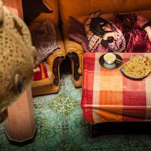 Una donna si riposa dopo uno spuntino all'interno di un riad (Marrakesh, Marocco, 2010)
