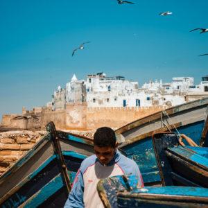 Un giovane vicino alle mura della città vecchia di Essaouira (Marocco, 2010)
